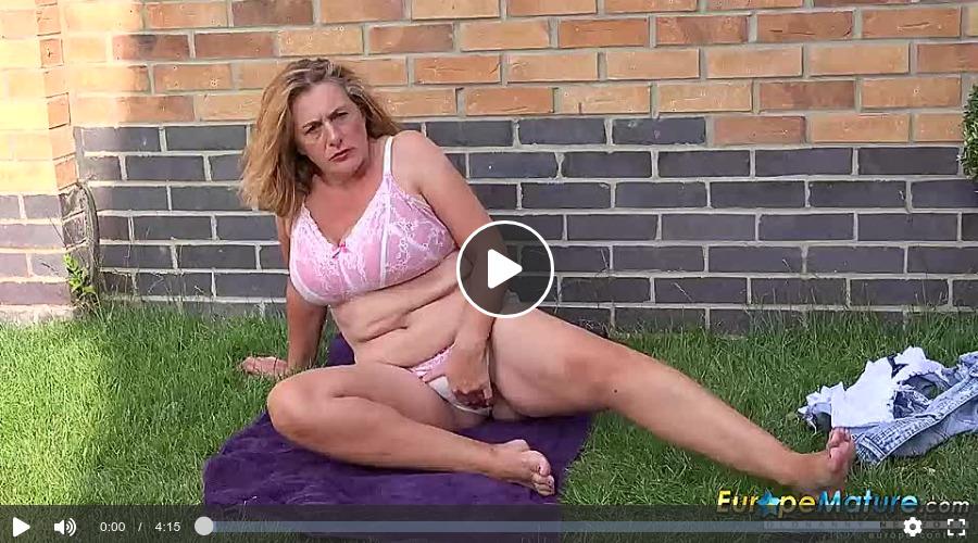 Blonde dicke Oma masturbiert im Garten